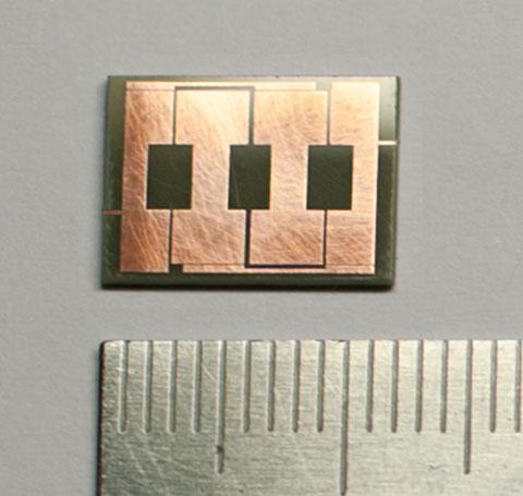 Малогабаритний смужковий смуго-пропускаючий фільтр для великої потужності (20 Вт), який працює на частоті 2.4 ГГц.