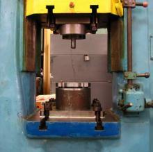 Оснастка, для деформування структурно-неоднорідних матеріалів, що встановлена на гвинтовому фрикційному прес-молоті