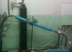 Лабораторна установка для проведення корозійних випробувань у трубопроводі з датчиками для вимірювання швидкості корозії і швидкості потоку води, яка моделює умови насичення води вуглекислим газом при спалюванні природного газу.